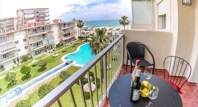 Impresionante, moderno apartamento de 1 dormitorio a la derecha en la playa de Fuengirola con piscina y aire acondicionado!
