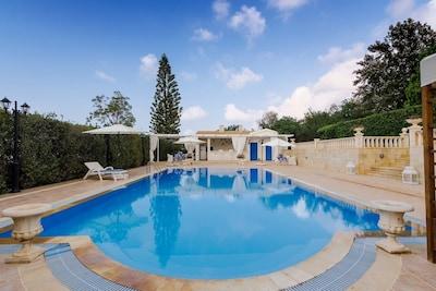 Villa Aphrodite- Communal Pool-WiFi-A/C