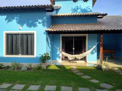 Casa em condomínio a 500 m da Praia de Itaúna