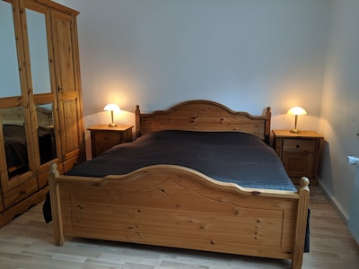 Schlafzimmer mit großem gemütlichen Doppelbett und großem Kleiderschrank