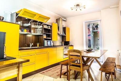 Küche mit Essplatz und Zugang zur privaten Terrasse