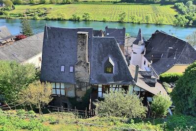 Der Burghof - erbaut 1442 - behutsam restauriert und mitten im eigenen Weinberg
