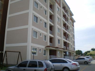 Apto. 3 quartos, sendo 1 suíte, área 63 m²,  comporta até 7 pessoas.