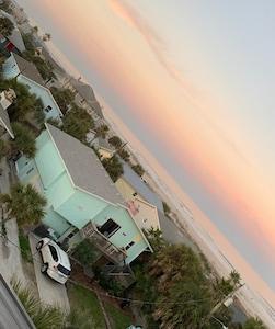 Ana Island Beach House, 20 steps to the beach! Best location, Sleeps 8