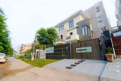 ☆Luxury 3 BHK Service Apartment on Golf Course Road
