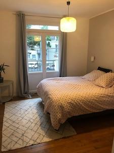 Chambre 1 avec baie vitrée et petit balcon