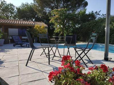 Terrasse au bord de la piscine