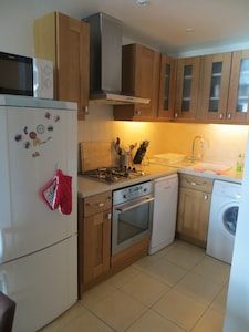 Fridge freezer, gas + electric hob, coffee machine, dishwasher + washing machine