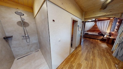 Chaletwohnung Blockhütte mit Hängematte und Himmelbett-Dusche