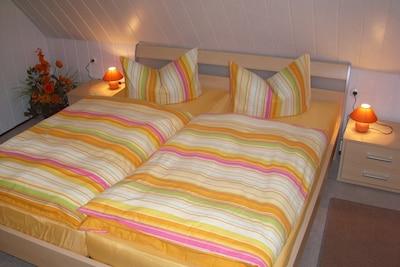 Schlafzimmer mit großen Doppelbett