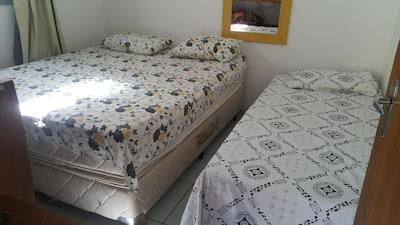 Quarto cama casal e solteiro com ar e tv