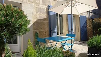 Terrasse privative calme, ensoleillée et fleurie