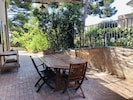 Terrasse ombragée avec barbecue électrique