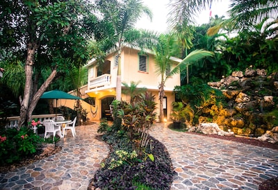 Great location! One block to the beach and great restaurants!