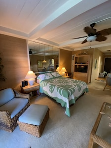 Comfy living area Hawaiian Style!