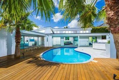 Solar heated pool, spa, BBQ