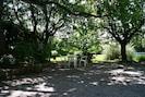 Salon de jardin ombragé et à l'arrière plan un des espaces de détente