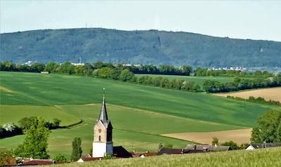 Rittersheim, Kirchturm - Hintergrund: Donnersberg