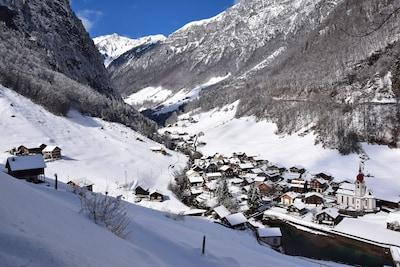 Isenthal in stiller Winterlandschaft eingebettet.
