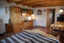 Wohnschlafraum mit Küche, Doppelbett, Esstisch, Sat TV und Wlan.