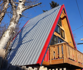 Mokki Birdhouse: a cute A-Frame cabin built up on solid timbers