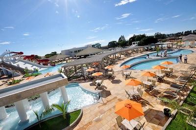 Lacqua diRoma - com seu maravilhoso parque aquático 24h de 13 piscinas + wifi.