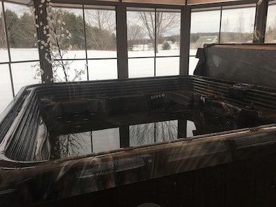 Newly added hottub with enclosure!
