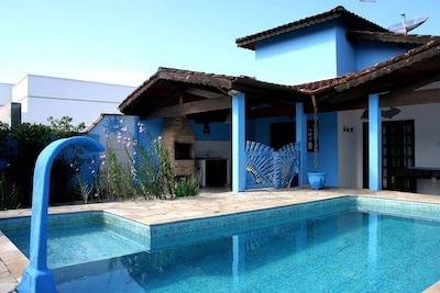 Casa térrea com PISCINA em Condômínio com segurança 24 h. Praia de Massaguaçu