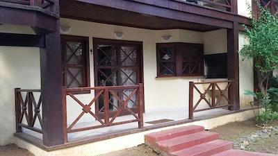 Casa em condomínio fechado frente ao mar, com segurança.