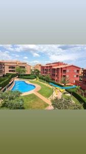 Muy espacioso apartamento en planta baja con gran jardín privado y cerca del mar.
