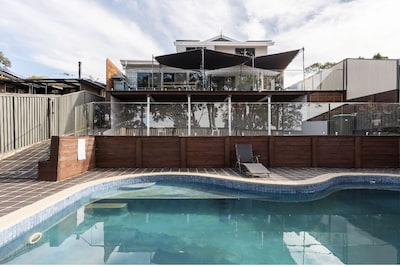 12 guests 5 bedrooms POOL walk to TRAIN Casula long distant views to SYNEY CITY