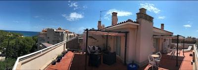 Impresionante ático de 2 dormitorios con amplio solárium panorámico de 180 °