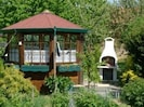 Gartenpavillon und Grill
