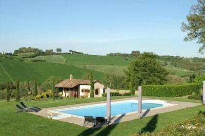 Pool mit Blick auf I Fichi