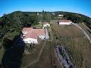 vue aérienne de la propriété bâtie sur 1HA  le gîte se trouve à l'entrée EST