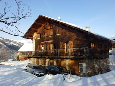 chalet, ses  places de parking, et ses 2 garages