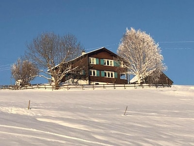 Das Haus von unten gesehen im Winter