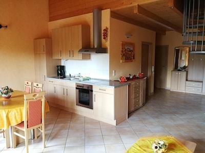 Ferienwohnung 79 qm mit zwei Schlafzimmern und Balkon-Wohnbereich / Küche