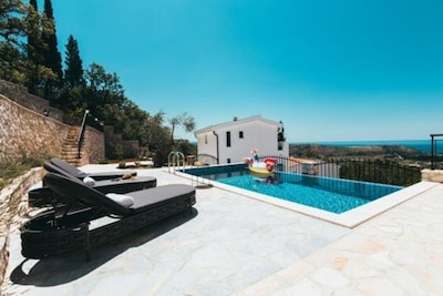 This comfortable Villa has ample space for a party of 10 guests.