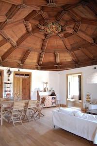 Le salon principal. Plafond et blason d'origine.