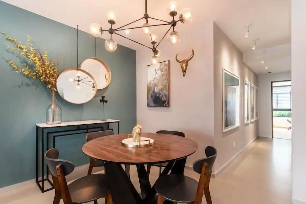 VRBO Mexico City: Kitchen table, large light fixture & modern decor