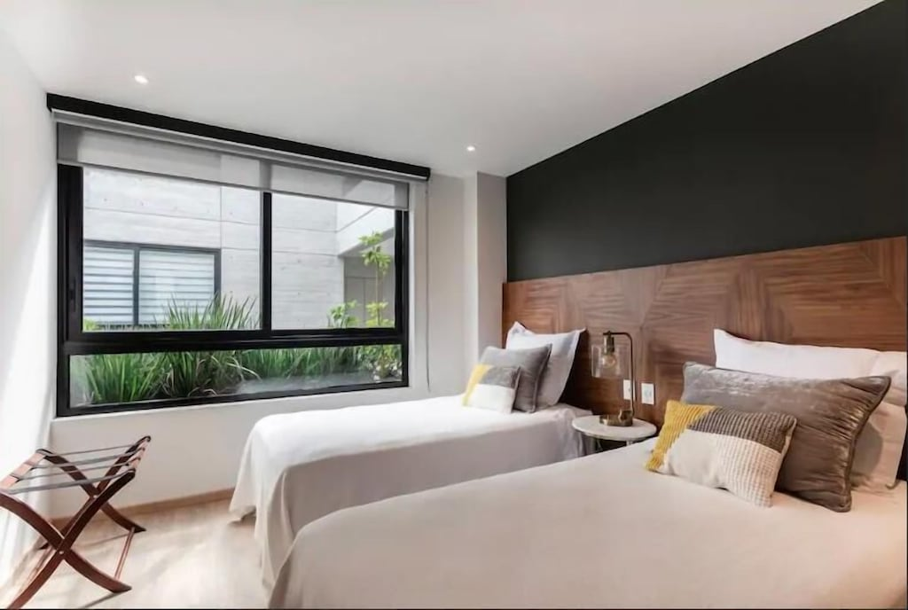 VRBO Mexico City: Bedroom with large window and two twin size beds