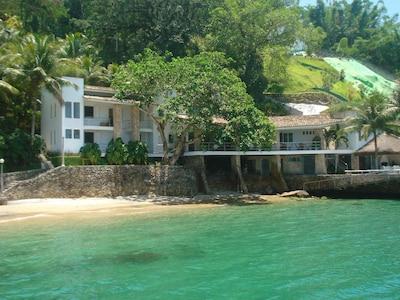 Luxuosa casa com praia particular , piscina , vista total da baía de Angra