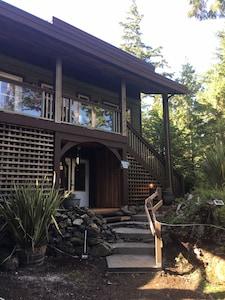 Forest Sweet Retreat; Ucluelet. Hot Tub & Wood Fire Sauna & Pet Friendly