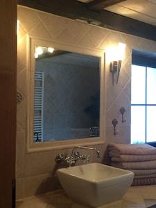Dadezimmer/WC mit Dusche, Wanne, Bidet, Fenster, HAndtuchtr.