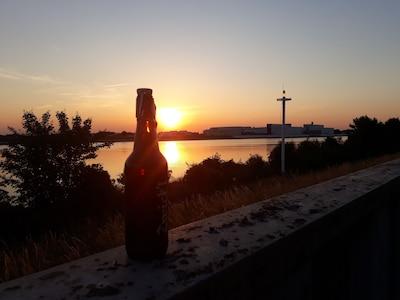 Wir genießen gerne unser Feierabendbier am Deich mit Blick auf die Weser.