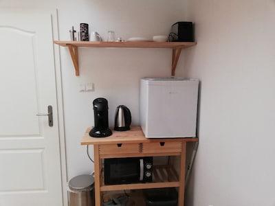 """""""Küchenzeile"""" mit Kühlschrank, Mikrowelle, Toaster, Wasserkocher, Senseo etc."""