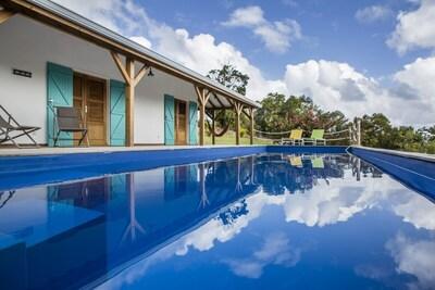 Une grande piscine de 11 m de long à la température parfaite...