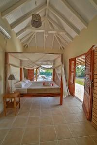 Les chambres comportent toutes un lit à baldaquin, TV écran plat, rangements.