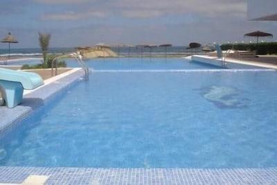 Grande piscine vu front de mer.